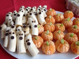 Healthy + Cute + Yummy = Happy Moms and Happy Little Goblins (no recipe, but easy to make from the photo -- use regular and mini chocolate chips w/bananas, celery pieces with tangerines or clementines).